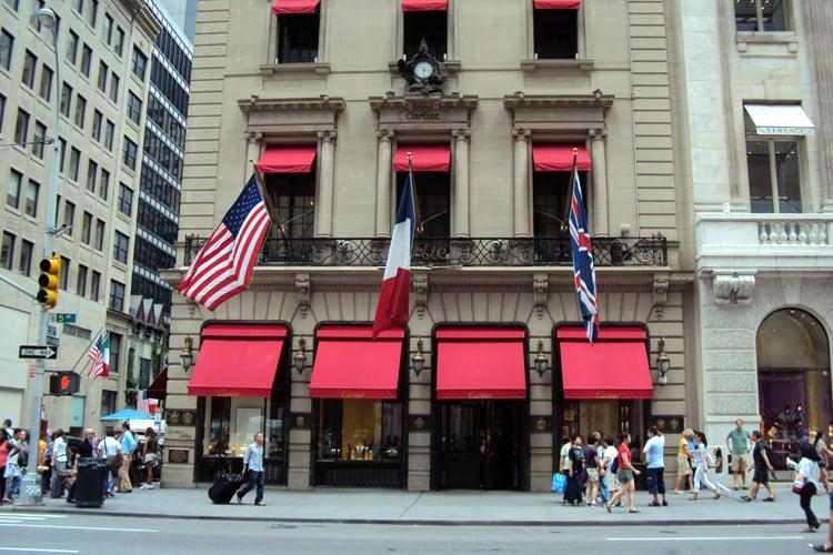 Lojas de luxo na Quinta Avenida em Nova York