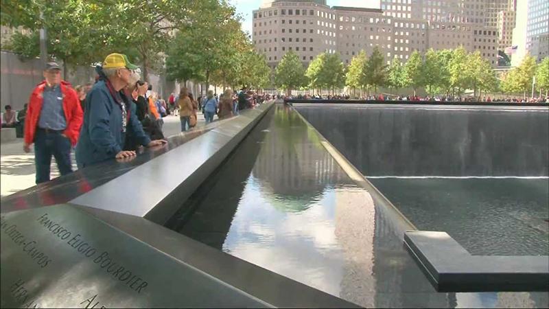 Pessoas admirando o Memorial de 11 de Setembro em Nova York