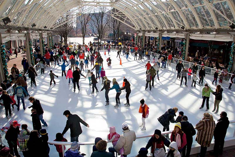 Pentagon Row Ice Rink na Virginia
